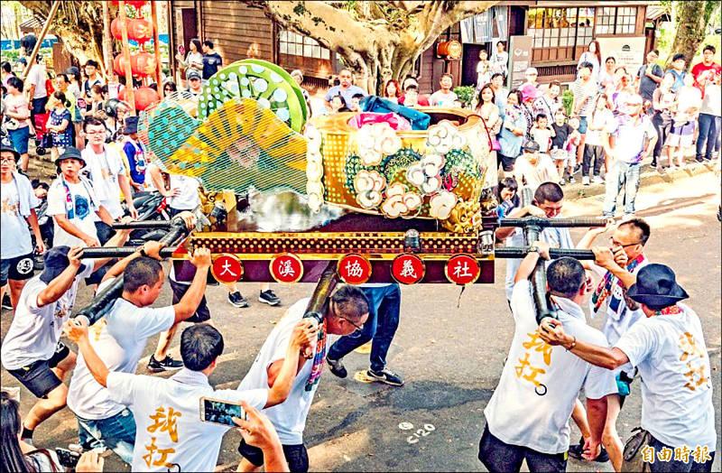 Woodworkers in Taoyuan's Dasi District celebrate Qiaoshengxianshi's birthday. Photo: Taipei Times file photo