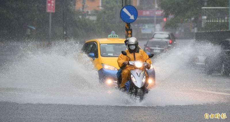 上波梅雨鋒面來台期間激發短、延時強降雨,導致局部地區淹水狀況。(資料照)