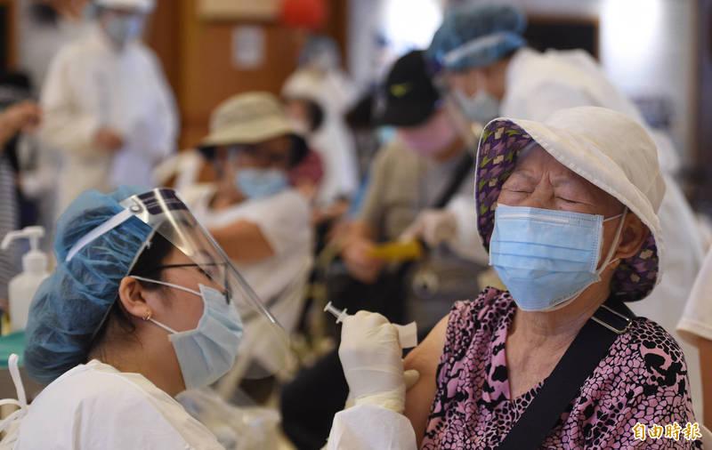 台大醫院婦產科名醫施景中今(19日)在臉書表示,有診所聯絡登記施打的長者,竟超過半數反悔不打AZ疫苗。示意圖。(資料照)