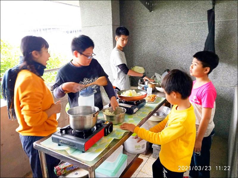 「一心書苑」的孩子,每周有2天要自己煮午餐。(廖修毅提供)
