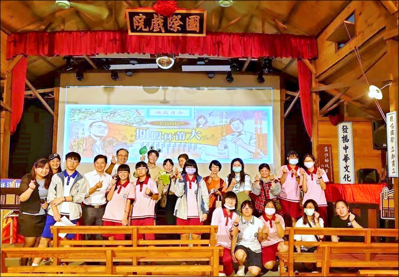 大林國中學生用英語進行家鄉小旅行導覽。(記者林宜樟翻攝)
