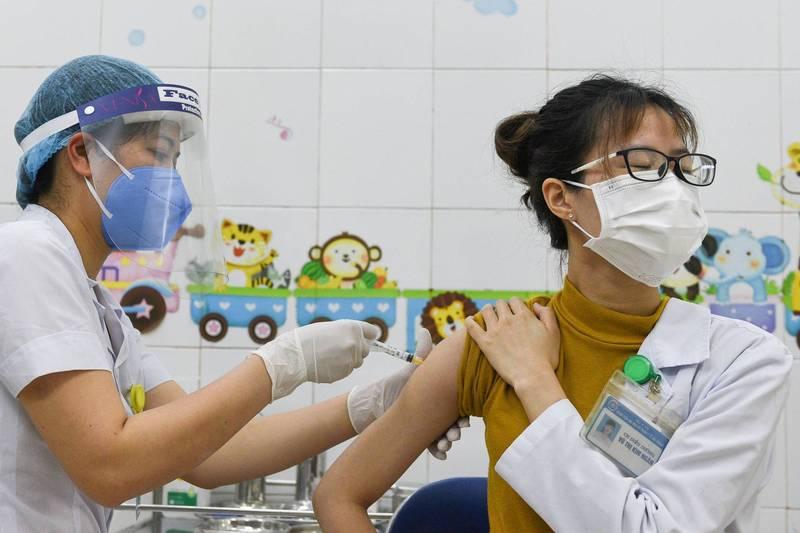 越南海陽省的醫護人員接種AZ疫苗。(路透檔案照)