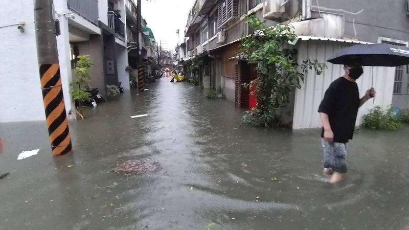 台南永康凌晨大雨,中華路1處巷弄積淹。(里長曾文俊提供)