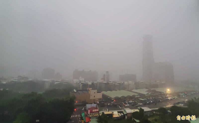 高雄今天清晨下起驟雨又雷電交加,轟聲震耳讓大家在睡夢中驚醒。(記者張忠義攝)
