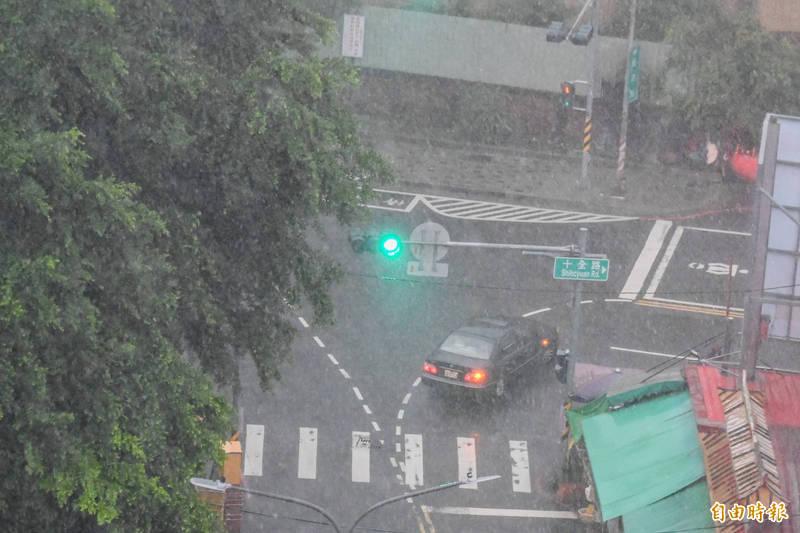 這幾天南台灣天氣仍是不穩定,有短暫陣雨或雷雨機率,民眾出門要攜帶雨具。 (記者張忠義攝)