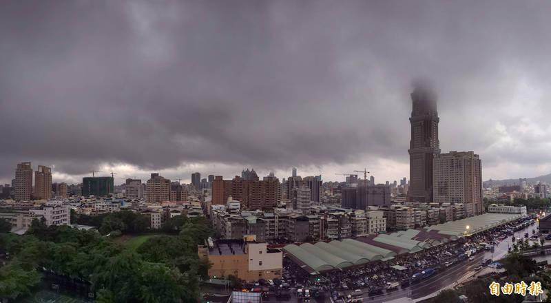高雄今天清晨更是下起驟雨又雷電交加,雷聲大作轟聲震耳,讓大家在睡夢中驚醒。 (記者張忠義攝)