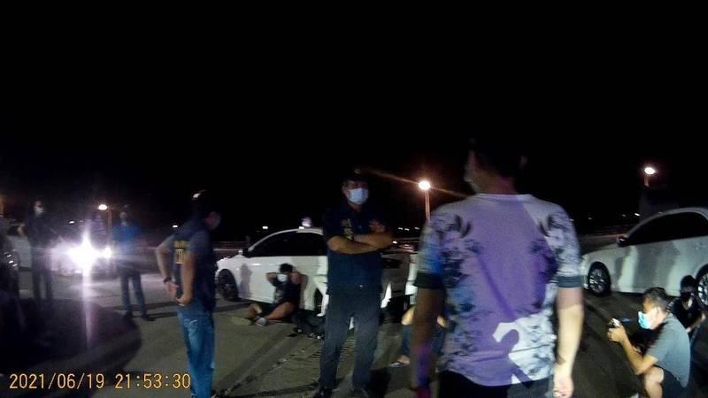 警方出動快打部隊,前往鐵線清水宮控制場面。(馬公警分局提供)