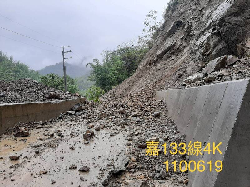 大埔鄉嘉133線4公里(二寮坑)處昨天因落石交通中斷。(嘉義縣府提供)