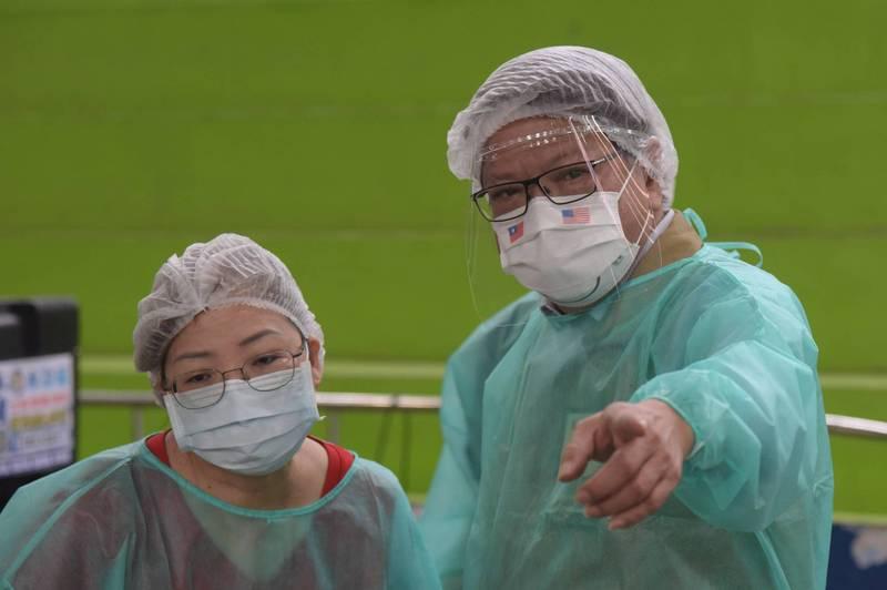 屏東縣長潘孟安(右)20日不管到哪裡都戴著台美友好微笑口罩,他說「感謝美國超過三倍的愛」。(屏縣府提供)