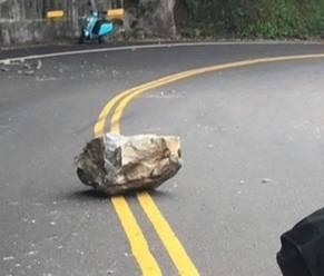 蘇花公路116.3公里處,昨天下午3點多近百公斤落石從天而降。(記者江志雄翻攝)
