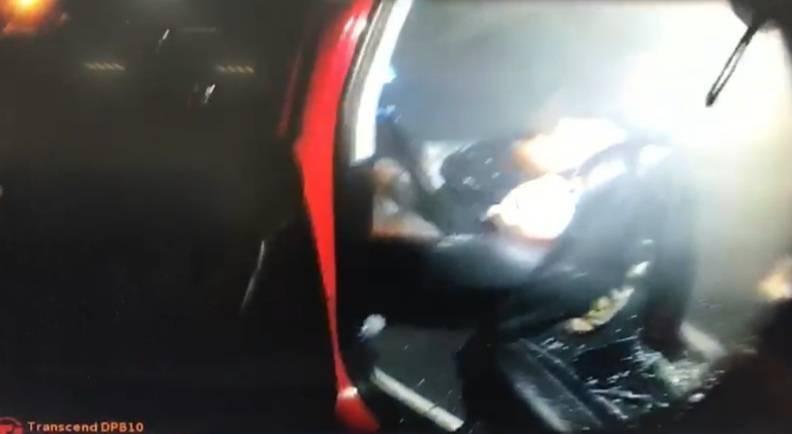 警方破窗救出意圖在車內輕生的黃男。(記者歐素美翻攝)