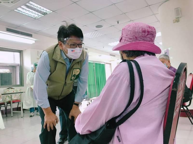 屏東縣長潘孟安(左)20日持續奔波關心全縣長者施打疫苗的情形。(圖由屏縣府提供)