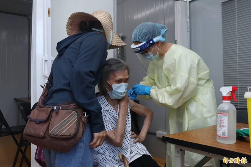 宜蘭縣將於23日開放82歲到87歲長者施打疫苗,全縣目前已有23398人接種。(記者林敬倫攝)