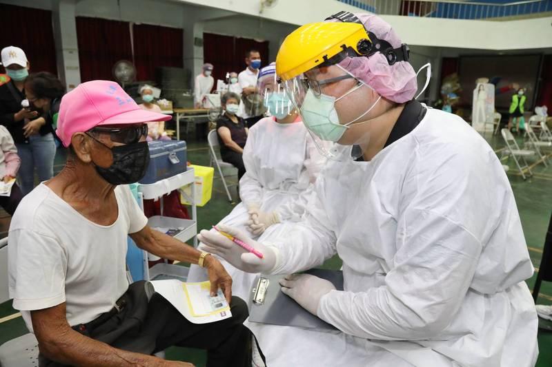 嘉義縣明起疫苗接種開放75歲以上施打。(記者蔡宗勳翻攝)