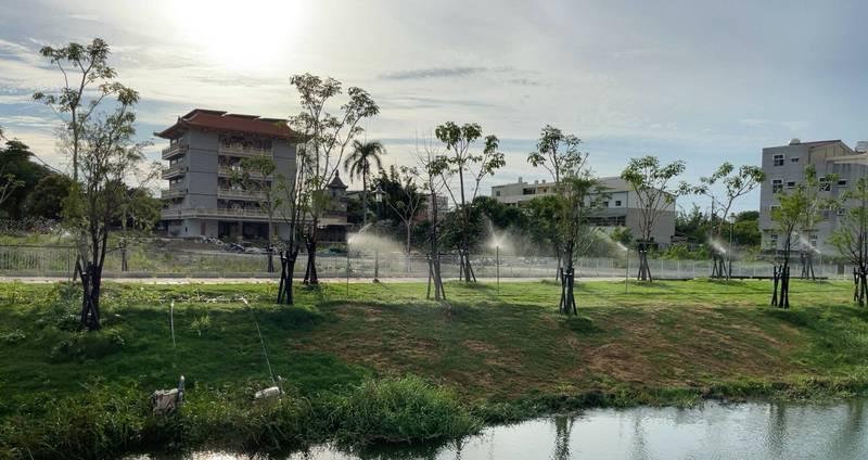 防疫期間積極推動,鹽水區月津港沿岸5座水岸公園全部完成,遊憩廊帶成形,為明年燈節增添新風貌。(圖由南市工務局提供)