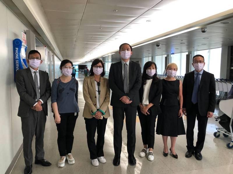 台灣駐香港辦事處代理處長林振宙(左四)7名官員,今天下午3時30分順利抵台,完成政府交付的任務。(翻攝陸委會臉書)