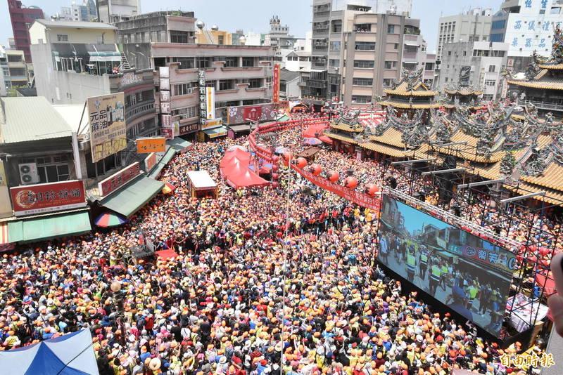 今年白沙屯媽祖徒步北港進香,抵達北港朝天宮當天湧入超過10萬人次,將朝天宮周邊擠得水洩不通。(資料照,記者黃淑莉攝)