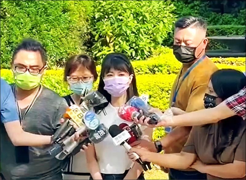 被台北市長柯文哲爆料喬疫苗,立委高嘉瑜昨強調,只是單純將保護孕婦、照顧醫護立場轉達北市衛生局長黃世傑。 (高嘉瑜辦公室提供)