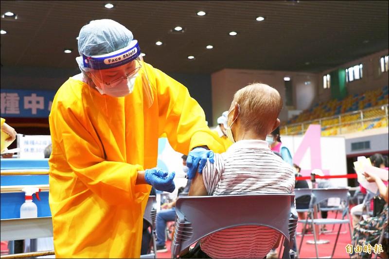 宜蘭縣長者16日起施打疫苗,首日接種率近6成,隔天下降到4成,總體來說約5成。圖為17日長者接種疫苗畫面。(資料照,記者蔡昀容攝)