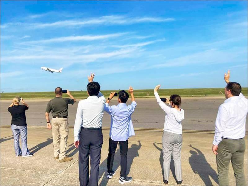 美國擴大輸台250萬劑莫德納疫苗,由華航貨機載運自田納西州曼菲斯機場起飛,我駐美代表蕭美琴(右二)到機場送行,揮手表示內心喜悅。(取自蕭美琴臉書)