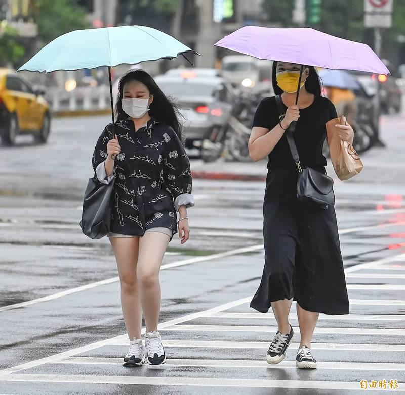 明天中南部易有短暫陣雨或雷雨,南部雨勢持續,可能有短時強降雨,北部因鋒面接近也有局部短暫陣雨或雷雨。(記者陳志曲攝)