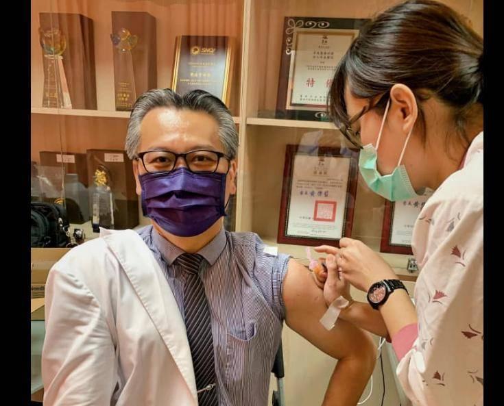陳志金今日直接在臉書PO出今年3月、5月施打AZ疫苗的照片,狠狠打臉表示:「我應該是台灣第一批完成AZ注射的」。(擷取自陳志金臉書)