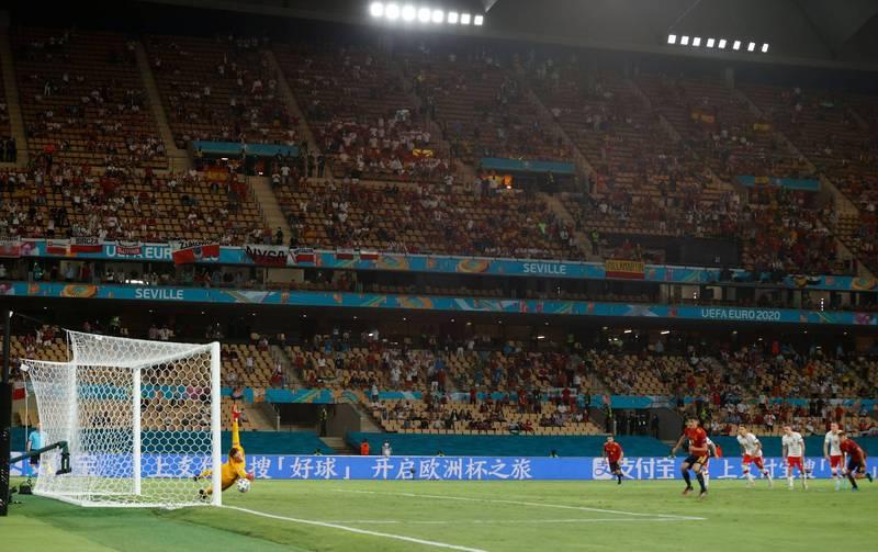 簡體字廣告在球場大秀,歐國盃有1/3贊助商來自中國。(路透)
