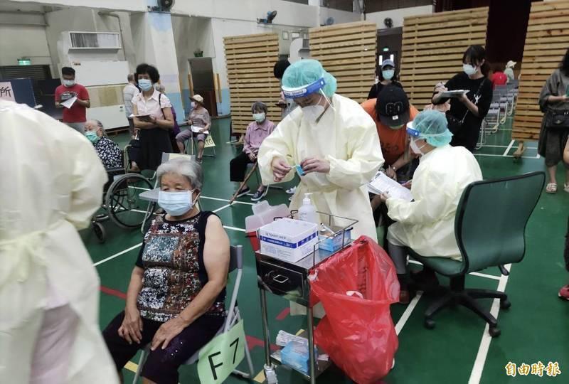 不少民眾擔心接種疫苗會伴隨著死亡的風險,因此拒絕帶長輩去施打。示意圖,圖中地點與人物與新聞無關。(資料照)