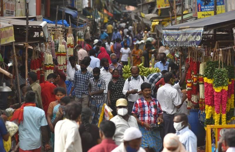 印度疫情趨緩,各地放寬封鎖限制,人們便蜂湧上街。(歐新社)