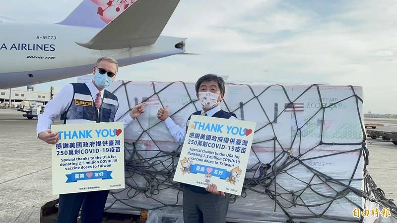 衛福部長陳時中和美國在台協會(AIT)處長酈英傑共同接機。(記者朱沛雄攝)