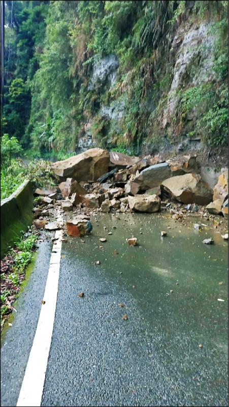 嘉131線番路鄉草山村段落石、交通中斷。(嘉義縣政府提供)
