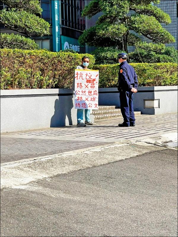 葛男日前到北市警局外拿海報 抗議。(記者王冠仁翻攝)