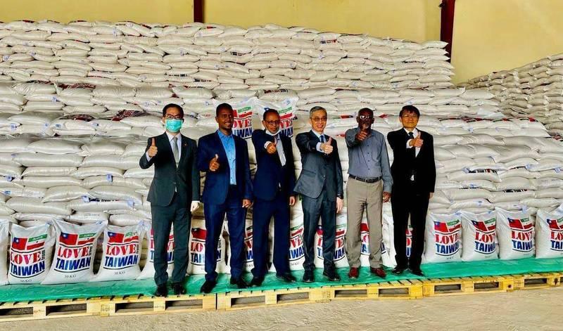 台灣駐索馬利蘭代表處20日將米袋印有「來自台灣的愛心」字樣的560噸白米贈予索馬利蘭政府。(圖由駐索馬利蘭代表處提供)