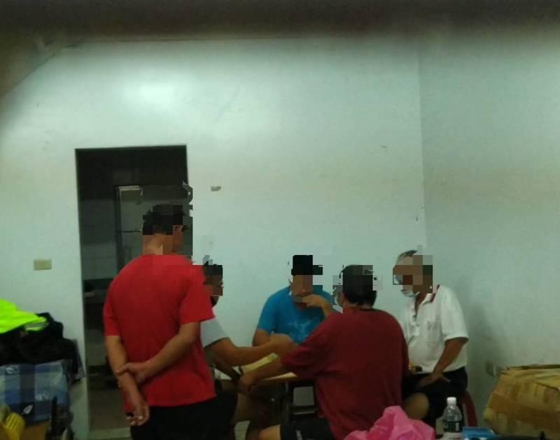 員警從信箱投入口赫見屋內5名男子群聚打麻將,且均未戴口罩。(記者方志賢翻攝)