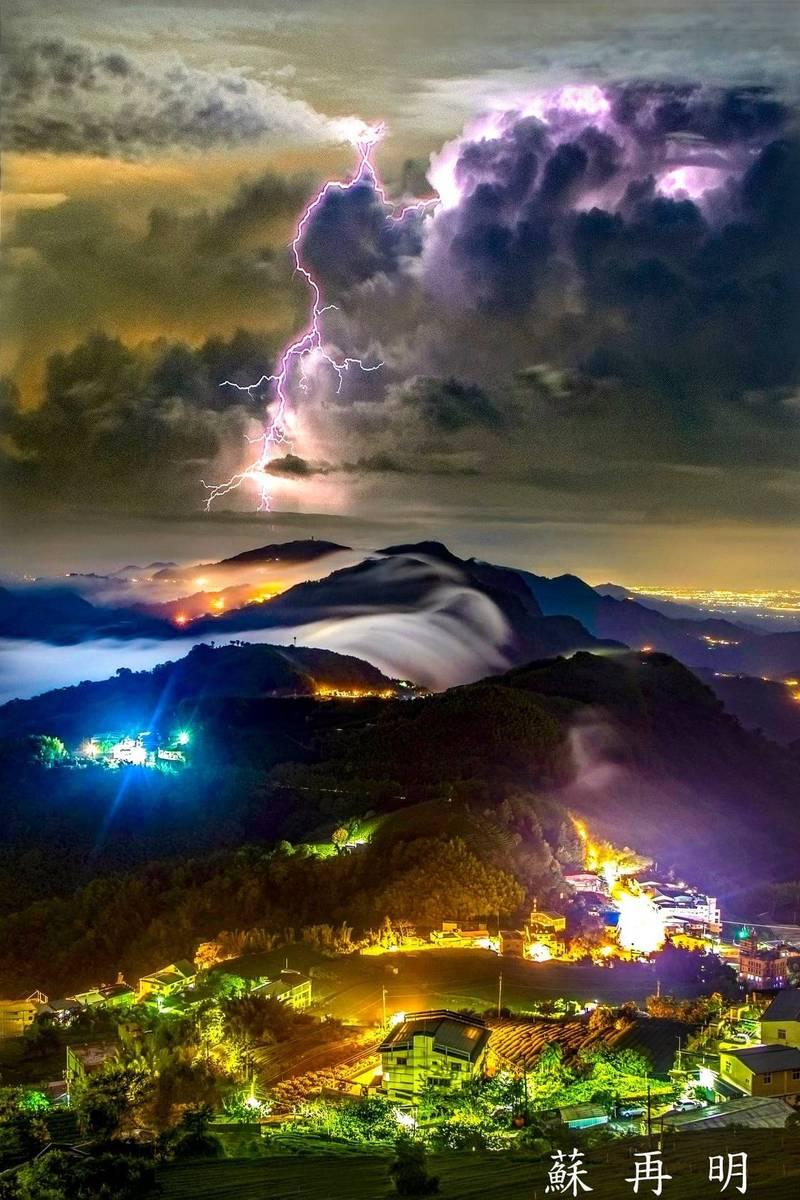 攝影人蘇再明拍到閃電琉璃光雲瀑美景,令人嘆為觀止。(蘇再明攝影提供)