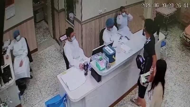 彭男帶著女友離去時,對著醫護人員咆哮,還將病歷表撥向醫師(記者吳昇儒翻攝)