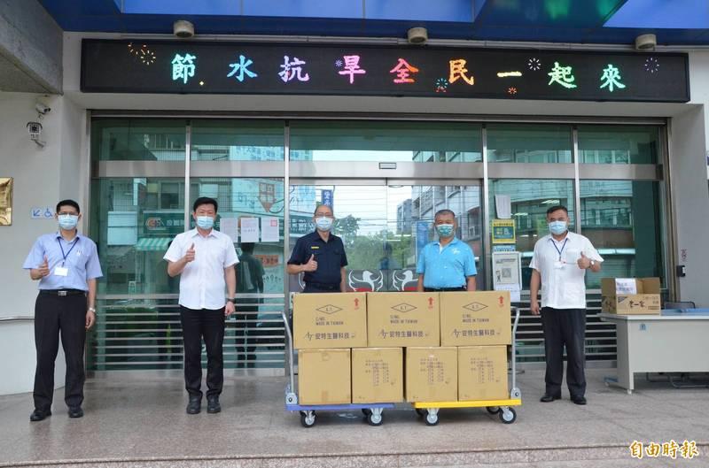 台中市議員蕭隆澤(右二)捐贈14000片口罩供大雅分局員警使用。(記者歐素美翻攝)