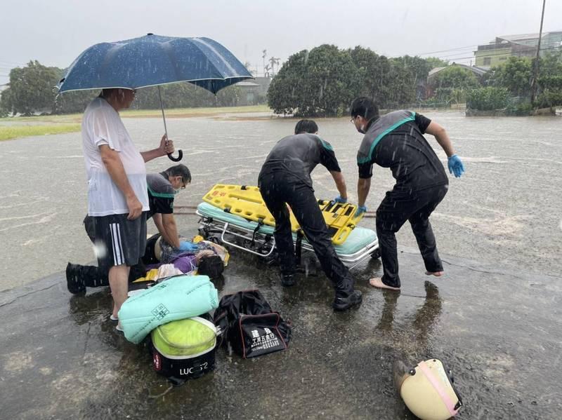 芬園鄉黃姓婦人騎機車出門時,突然連人帶車衝入水溝內慘遭大水沖走,救上岸後消防人員現場實施搶救。 (記者湯世名翻攝)