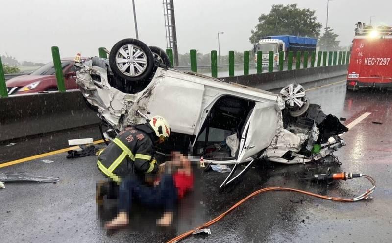 消防人員緊急救出駕駛送醫救治。(讀者提供)