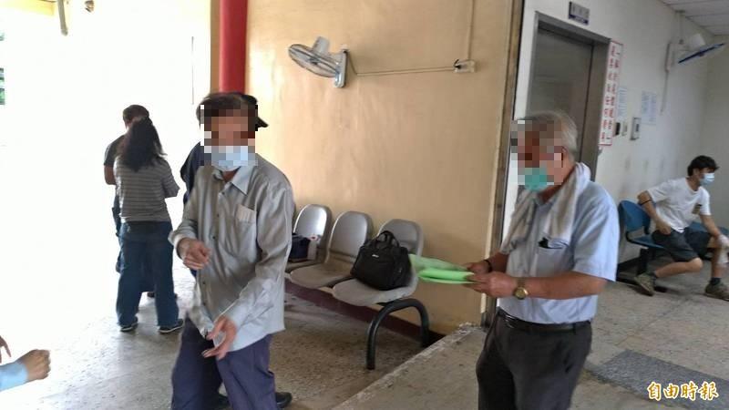 打疫苗三天後身亡的台南九十五歲蔣姓老婦,其兩名七十餘歲兒子(前右一長子、左前一次子)到市立殯葬所了解母親大體相驗情形。(記者王俊忠攝)