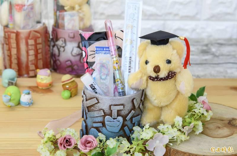 美善畢業禮義賣,圖為筆筒畢業熊。(記者蔡文居攝)