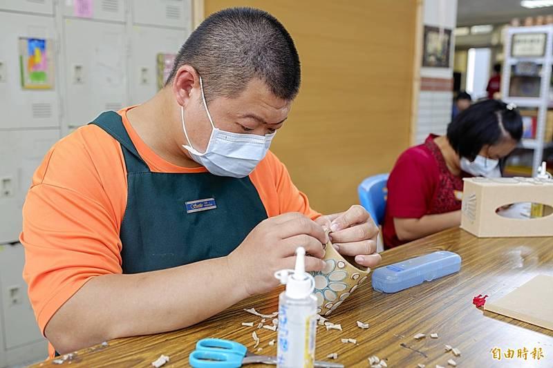 美善基金會智青進行筆筒製作。(記者蔡文居攝)