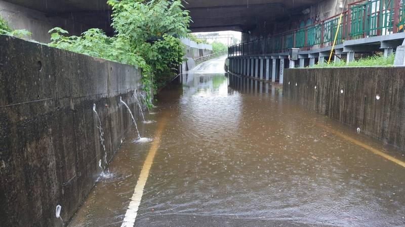 台中今天清晨下大雨,霧峰區乾溪東路出現積水,警方在道路兩旁拉起警戒線,避免民眾誤闖。(記者陳建志翻攝)