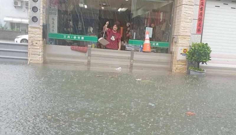彰化遭雨彈狂炸,大員林地區道路淹成河流,民宅泡水,民眾無奈拿畚箕舀水。(民眾提供)