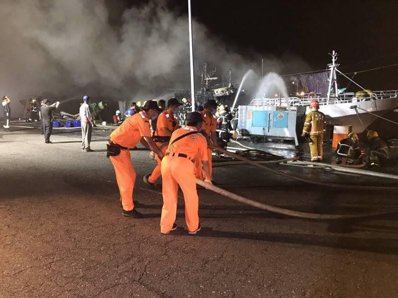 鹽埔漁港火燒船,海巡、消防人員進行搶救(資料照,海巡署提供)