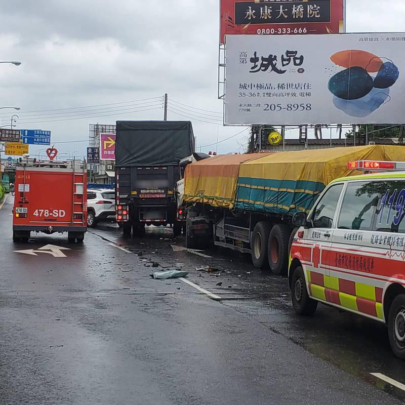 台南永康中正北路今日上午發生一起4車推撞事故,曳引車駕駛一度受困,所幸脫困後並無大礙。(民眾提供)