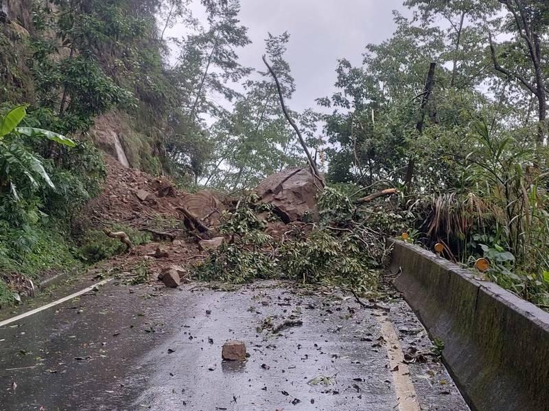今上午嘉義降下暴雨,在166縣道73K、嘉義縣竹崎鄉路段,發生山壁崩塌災情。(記者王善嬿翻攝)