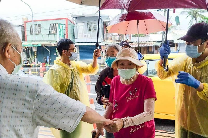屏東今天降下大雨,明天全縣暫停接種。(取自潘孟安臉書)(記者陳彥廷攝)