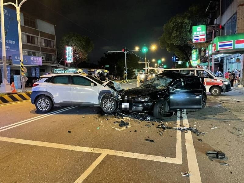 台中市大雅區中清路發小客車擦撞意外,造成3人受傷送醫。(記者歐素美翻攝)