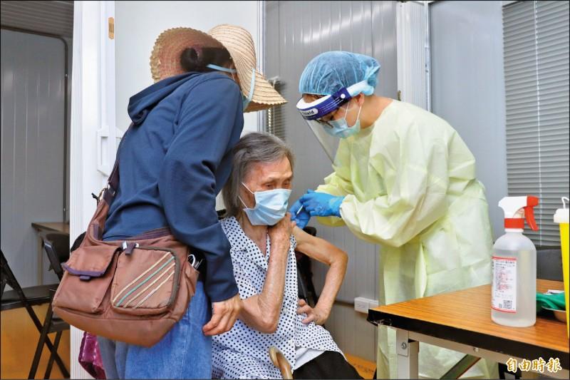 宜蘭將於23日開放82歲到87歲長者施打疫苗,全縣已有2萬3398人接種。(記者林敬倫攝)